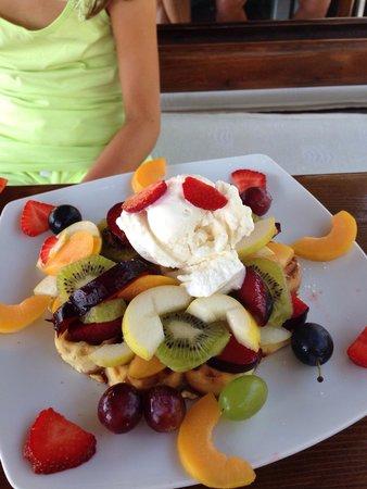 Kellys Ice House : Waffle with icecream and seasonal fruit