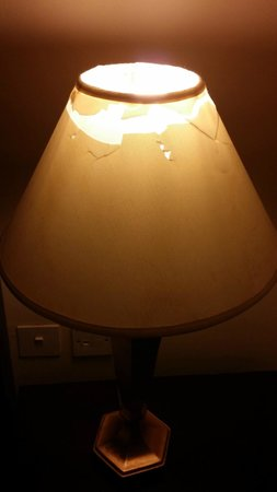 ZamZam Pullman Makkah : broken and dirty lamp in room !!!!!!!