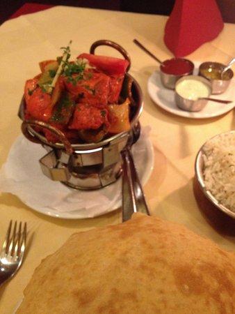 Indisches Restaurant Maharadscha: karahi chicken und bhatura. und endlich ohne krautsalatbeilage!!!