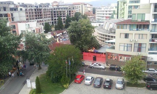 Jeravi Hotel : Utsikt fra baksiden.