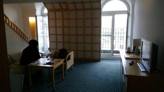Hotel de France: Untere Ebene Junior-Suite mit Balkonen und Aufgang links zur Galerie