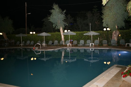 Orion Hotel: Pool by night