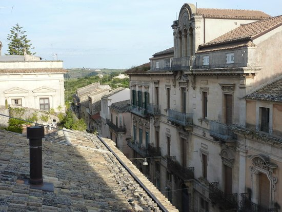 Hotel Vittorio Veneto: Looking down hill from the room