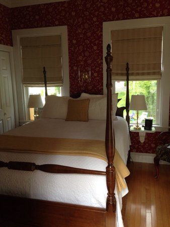 Maine Stay Inn and Cottages: Our charming room. We even had our own large private balcony and private entrance. The bathroom