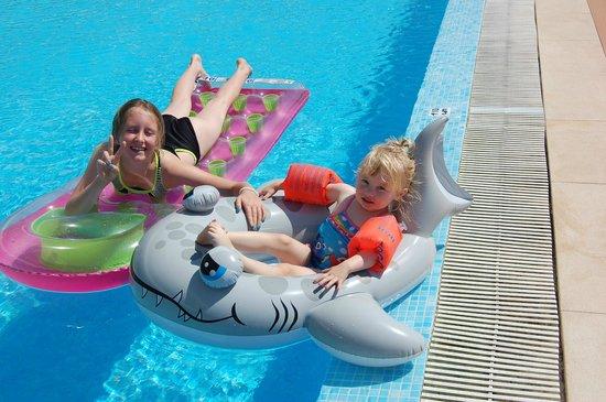 Areias Village Hotel Apartamento: Enjoying the pool