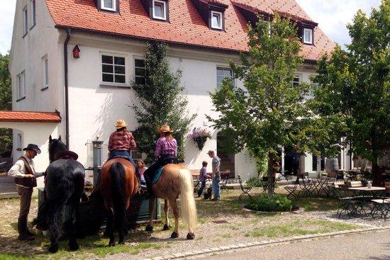 Die Remise: Pferdetränke vor der Remise