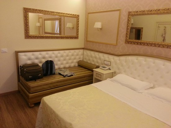 Hotel Mazzanti : CAMERA DA LETTO: DIVANETTO