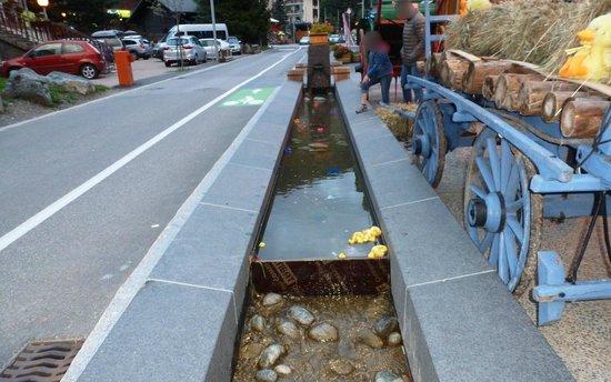 Crepes a Gogo: Bassins de la rue agrémentés devant restaurant