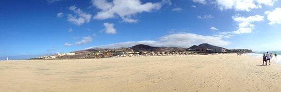Occidental Jandia Playa: l'hotel vue de la mer c'est un grand complexe notre hotel est celui qui se trouve le plus bas
