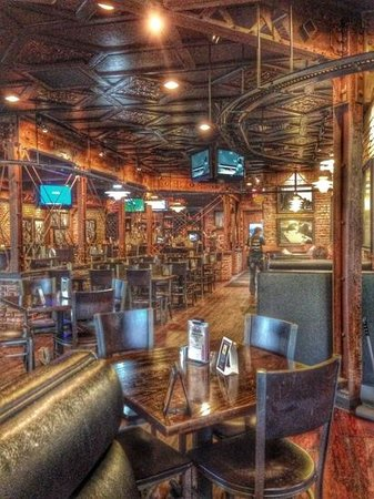Industrial Revolution Eatery & Grille: Dining room and bar