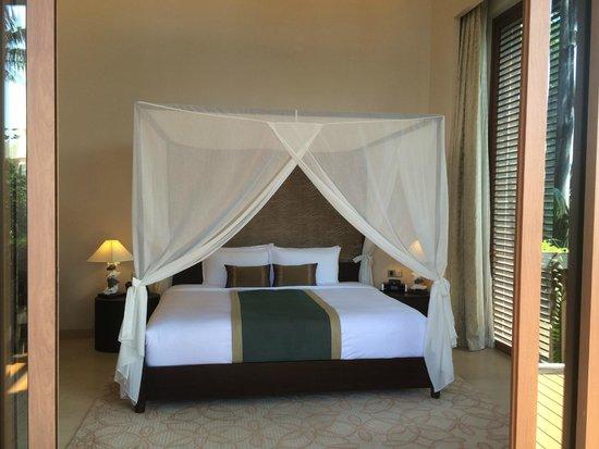 Resorts World Sentosa - Equarius Hotel: The huge bed