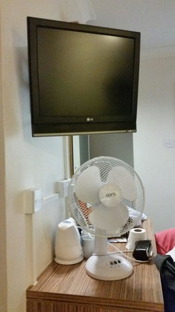 Travelodge London Central Marylebone: The TV with local channels and small table fan