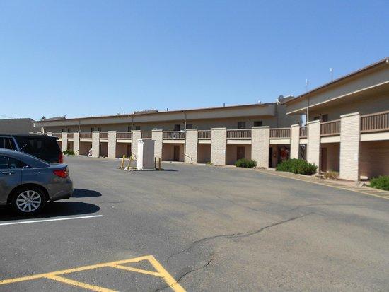Grand Canyon Inn & Motel: Il retro col parcheggio