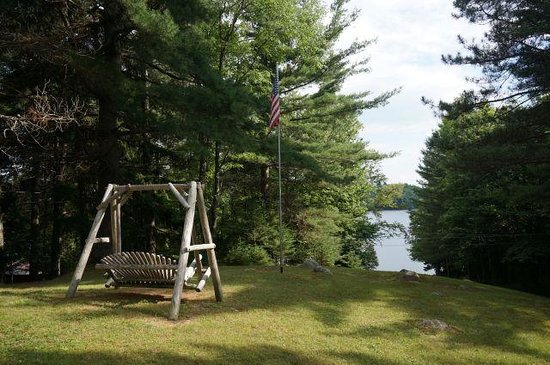 Point Breeze Motel and Cottages: pohled od chatek k jezeru