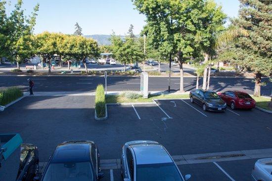 Hotel Vue: второй этаж, вид на парковку и главную дорогу