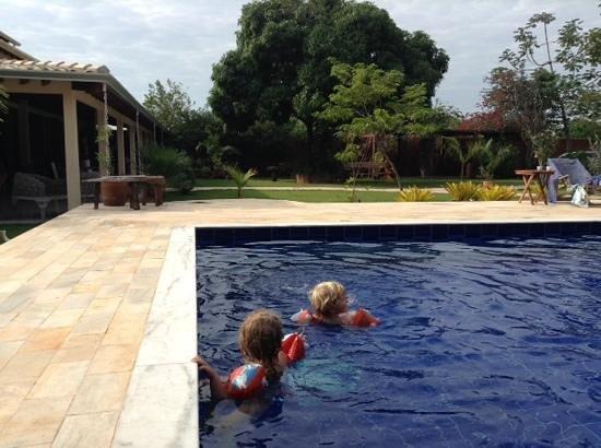 Pousada Galeria Artes: kids play in the pool