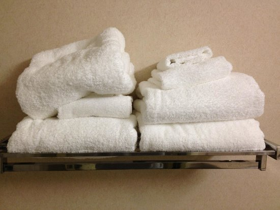 Mainstay Suites Dover: This is how my towels were replaced, in a giant heap on the left.
