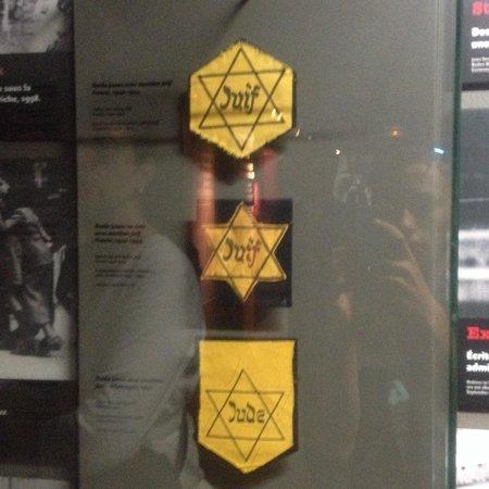 Mémorial de Caen : Vraies étoiles juives (2 françaises et 1 allemande)