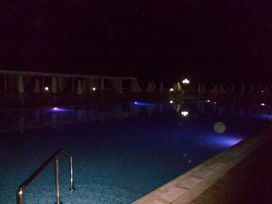 Queen's Bay Hotel : piscina di notte