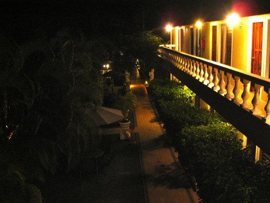 Villablanca Garden Beach Hotel : Night time- very safe
