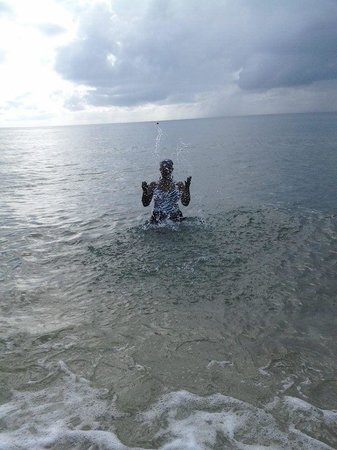 Hallandale Beach: Splashing