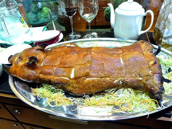 Hua Ting Chinese Restaurant : The whole roast suckling pig.