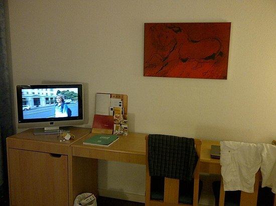 Novotel Barcelona Sant Joan Despi: Bureau & TV
