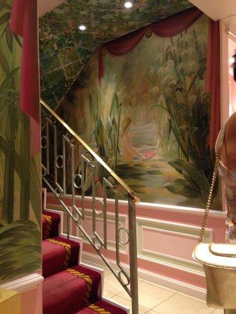 The Ritz London: Ladies powder room