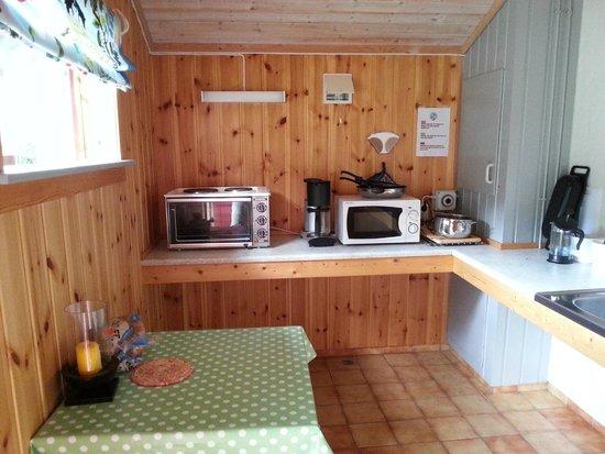Smegarden Camping: Küche mit Mikrowelle und Backofen