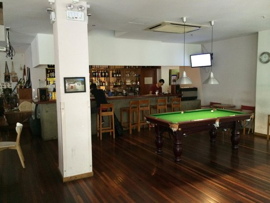 Rock & Wood International Youth Hostel : Bar & Pool table