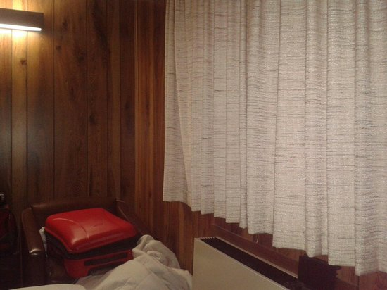 The Lodge at Lolo Hot Springs : Outdated room