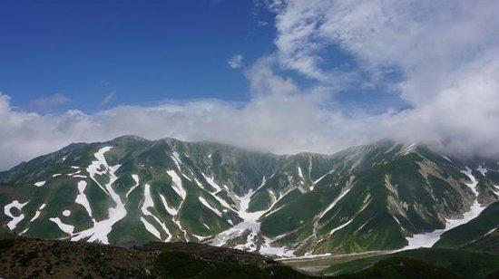 Tateyama Kurobe Alpine Route: 室堂平から立山連峰をのぞむ