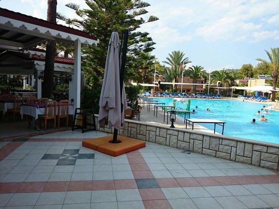 Pirate's Beach Club: Взрослый бассейн и часть ресторана.