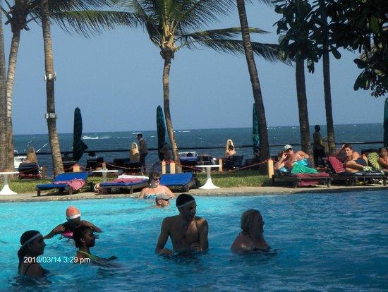 Bamburi Beach Hotel: ocean view from pool area