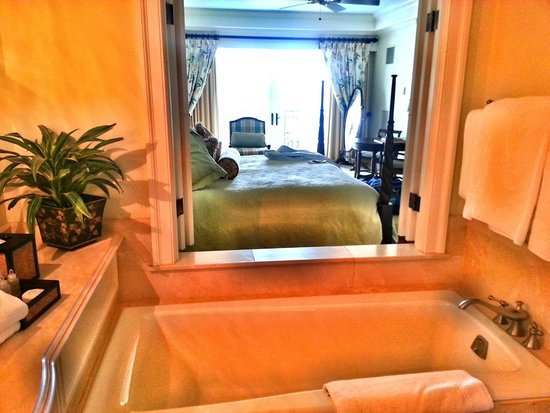 The Sanctuary Hotel at Kiawah Island Golf Resort: Bedroom from the bathroom
