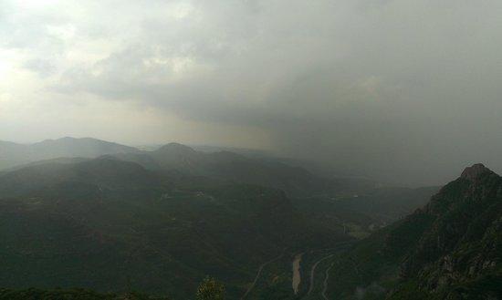 Montserrat Monastery: Дождик наступает