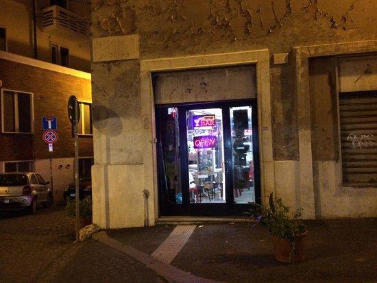 """Rose Santamaria Residence: Le """"bar"""", l'entrée principale du B&B, a 2 pas d'un cinéma X"""