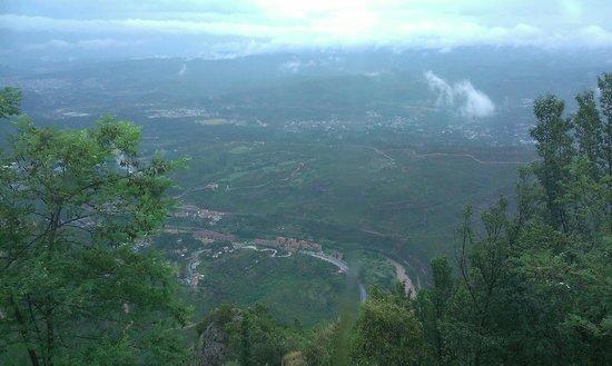 Montserrat Monastery: Вид с горного серпантина