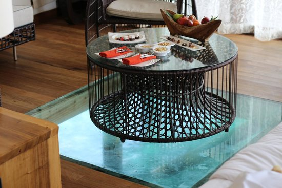 Jumeirah Vittaveli: テーブルの下も海