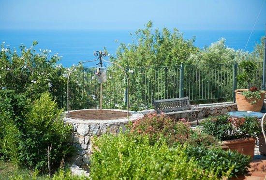 Hotel Relais du Silence Pian Delle Starze: (Teil)blick aus unserem Zimmer über Garten direkt auf das Meer
