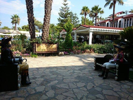 Pirate's Beach Club: Вид на ресторан от рецепции.