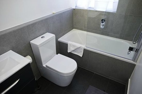 202 Modern Service Apartments: bathroom