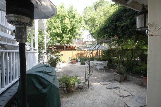 Eva's Escape at the Gardenia Inn: Patio / Garden