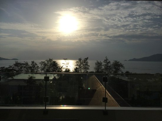 Patong Beach Hotel: View of the sunset (sunset wing)