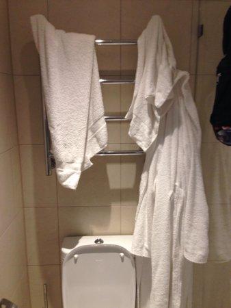 Elite Eden Park Hotel : Quattro asciugamani e due accappatoi e quello è l'unico posto dove metterli