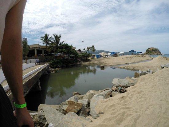 Emporio Acapulco Hotel: der Abwasserfluss neben dem Hotel