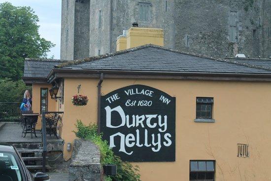 Bunratty Castle: Pub outside castle entrance