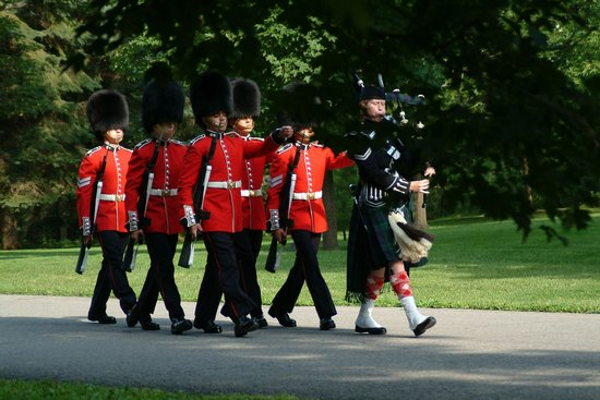 Rideau Hall: Relief of the Sentries with bag piper / Relève des sentinelles avec cornemuse. © OSGG-BSGG 2004