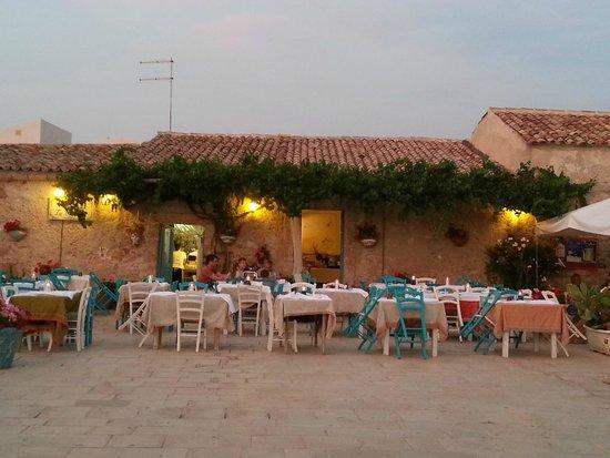 Taverna la Cialoma: Gli splendidi tavolini nella piazza di Marzamemi