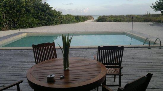 COMO Parrot Cay, Turks and Caicos: dal salone principale il vialetto che porta alla spiaggia